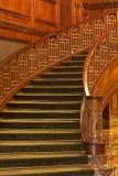 Escadas que curvam-se do assoalho de mármore imagem de stock