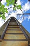Escadas que vão acima ao céu fotos de stock