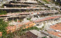 Escadas quebradas velhas foto de stock