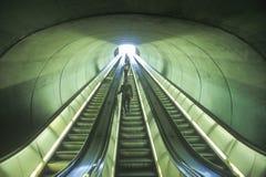 Escadas rolantes ao comboio da periferia imagem de stock royalty free