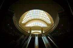 Escadas rolantes do centro de convenção imagens de stock