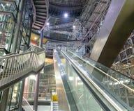 Escadas rolantes e escadas em uma alameda da cidade Conceito do negócio Fotografia de Stock