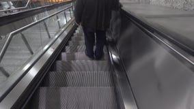 Escadas rolantes e metro empreendedores dos povos video estoque