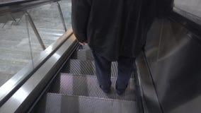 Escadas rolantes e metro empreendedores dos povos vídeos de arquivo