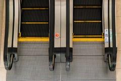 Escadas rolantes em uma construção pública Fotos de Stock