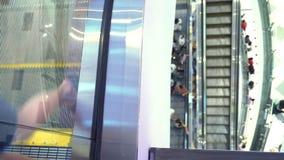 Escadas rolantes longas na alameda moderna, fundo do borrão vídeos de arquivo