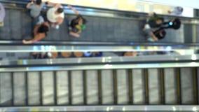Escadas rolantes longas na alameda moderna, fundo do borrão video estoque