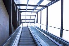 Escadas rolantes modernas ao escritório Imagem de Stock Royalty Free