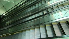 Escadas rolantes modernas em uma área pública video estoque
