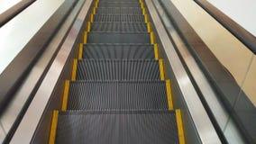 Escadas rolantes na alameda de compra video estoque