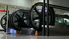 Escadas rolantes na estação de metro video estoque