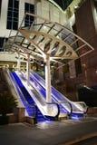 Escadas rolantes na opinião da noite Fotos de Stock Royalty Free