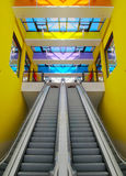 Escadas rolantes no centro comercial Fotografia de Stock Royalty Free