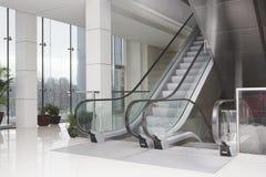 Escadas rolantes no centro de negócios Fotos de Stock Royalty Free