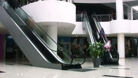 Escadas rolantes no shopping. Timelapse vídeos de arquivo