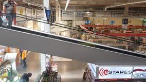 Escadas rolantes no supermercado vídeos de arquivo