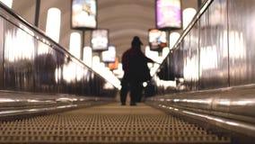 Escadas rolantes subterrâneas em horas de ponta Fundo borrado com luzes do bokeh Imagem de Stock Royalty Free