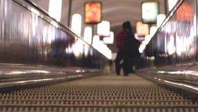 Escadas rolantes subterrâneas em horas de ponta Fundo borrado com luzes do bokeh Fotos de Stock Royalty Free