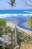 Escadas a uma praia tropical Fotos de Stock