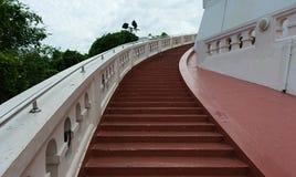 Escadas velhas vermelhas o íngreme no templo imagem de stock royalty free