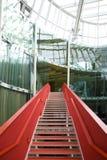 Escadas vermelhas foto de stock royalty free