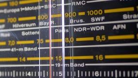 Escala análoga de adaptación de la radio retra con los nombres de ciudades, de las estaciones de radio y de la frecuencia almacen de video