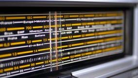 Escala análoga de adaptación de la radio retra con los nombres de ciudades, de las estaciones de radio y de la frecuencia metrajes