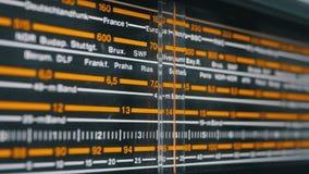 Escala análoga de adaptación de la radio retra con los nombres de ciudades, de las estaciones de radio y de la frecuencia almacen de metraje de vídeo