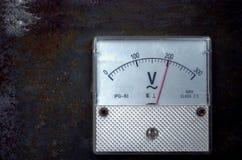 Escala análoga velha do medidor do volt do vintage do dispositivo da medida foto de stock