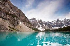 Escala calma da água e de montanha imagem de stock