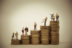 Escala-conceito social de várias pessoas nas posições diferentes o Fotos de Stock