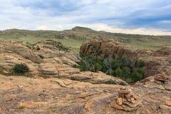 Escala das montanhas de pedra em do sul de Mongólia fotos de stock royalty free