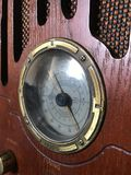 Escala de adaptación de radio de madera vieja fotos de archivo libres de regalías