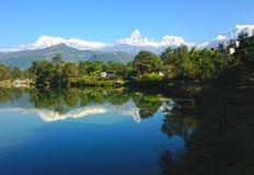 A escala de Annapurna e o lago Phewa, Pokhara fotografia de stock