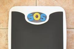 Escala de banheiro com texto do SOS Imagem de Stock