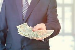 Escala de cédulas polonesas na mão do homem de negócios Fotografia de Stock Royalty Free