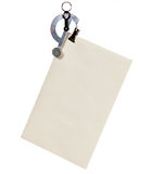 Escala de carta que pesa un sobre Imagenes de archivo