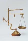 Escala de cobre amarillo de la vendimia con el peso y el candelero fotos de archivo
