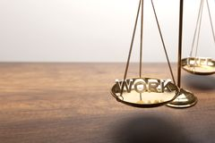 Escala de cobre amarillo de la balanza del oro en el escritorio de madera con el texto 3D imagenes de archivo