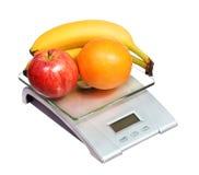 Escala de la comida con el plátano y la naranja de manzana de las frutas aislados Fotografía de archivo