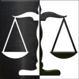 Escala de la justicia blanco y negro Fotografía de archivo libre de regalías