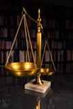 Escala de la justicia con los libros de ley Imágenes de archivo libres de regalías