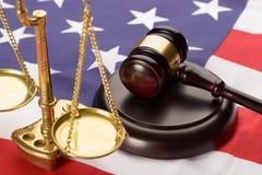 Escala de la justicia y mazo de madera en bandera de los E.E.U.U. Fotos de archivo libres de regalías