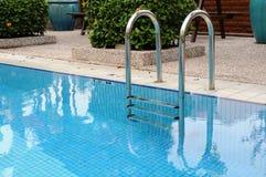 Escala de la piscina Fotos de archivo