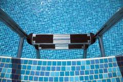 Escala de la piscina abajo, azulejos azules Fotografía de archivo libre de regalías