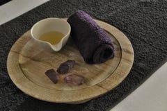 Escala de madera de la salud con la piedra caliente foto de archivo