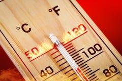Escala de madera del termómetro del primer 40 grados Día de verano caliente Fotografía de archivo
