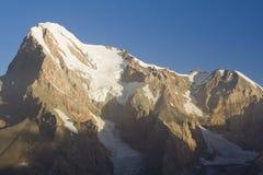 Escala de montanha na manhã imagem de stock royalty free