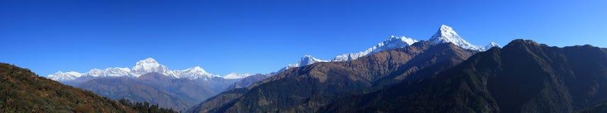 A escala de montanhas de Himalaya fotografia de stock