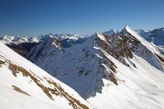 Escala de montanhas nos cumes fotos de stock royalty free